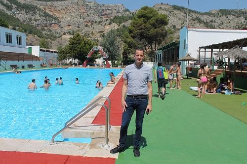 Buena afluencia de p blico en la apertura de la piscina for Piscina municipal ripoll